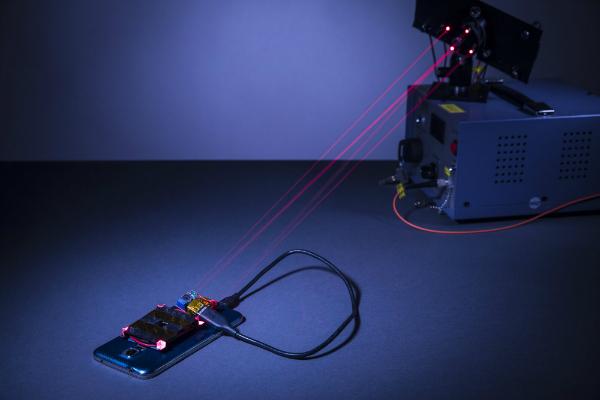 اشعه لیزری که می تواند موبایل شما را به صورت بی سیم شارژ کند